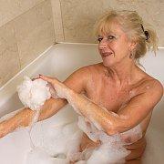 GILF Bathtub with Sapphire Louise