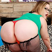 Juicy Plumper Shows Her Tempting Curvy Naked Body with Bunny De La Cruz
